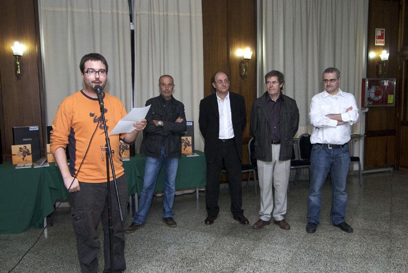 Comença el lliurament de premis, amb Fèlix Noguera (Regió7), Ramon Fontdevila (Director del Centre de Promoció de la Cultura Popular i Tradicional Catalana) i Ignasi Perramon (Regidor de Cultura de l'Ajuntament de Manresa), tots tres al centre de la fotografia.