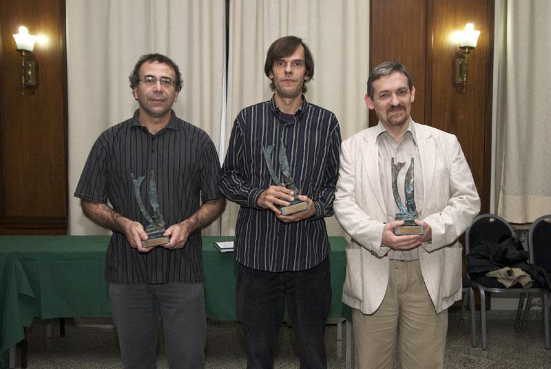 Els tres primers, mostrant sengles trofeus