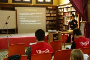 L'Eric Olmedo fent una breu explicació de les regles de la duplicada